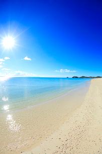 奥間ビーチの渚と太陽の光芒の写真素材 [FYI02471073]