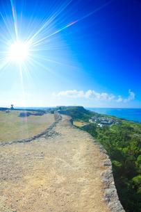 勝連城跡の一の郭城壁上から望む南東方向の海の写真素材 [FYI02471092]