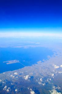 大阪湾と大阪都心部と関西国際空港の空撮の写真素材 [FYI02471141]