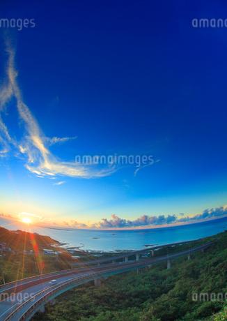 ニライカナイ橋と自動車と朝日と久高島とコマカ島遠望の写真素材 [FYI02471220]
