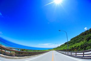 ニライカナイ橋と太陽とコマカ島遠望の写真素材 [FYI02471314]