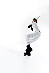 バットを振る野球のユニフォームを着た男性の写真素材 [FYI02471404]