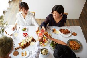 ホームパーティーをする男女グループの写真素材 [FYI02471909]