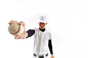 野球のボールを持つ男性の写真素材 [FYI02472930]