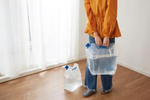 防災給水タンクに入れた水を持つ女性の写真素材 [FYI02472960]