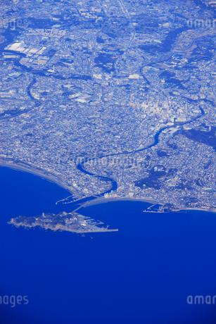江ノ島と藤沢市街空撮の写真素材 [FYI02473047]