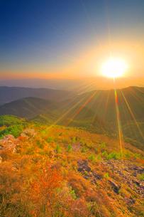 王ヶ鼻から望む乗鞍岳方向の山並みと夕日の写真素材 [FYI02473223]