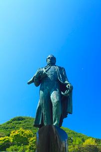 ペリー提督来航記念碑と函館山遠望の写真素材 [FYI02473552]