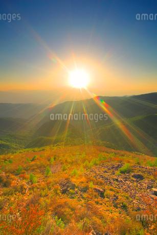 王ヶ鼻から望む穂高連峰方向の山並みと夕日の写真素材 [FYI02473656]