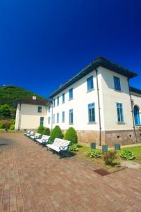 函館市旧イギリス領事館と函館山遠望の写真素材 [FYI02473676]