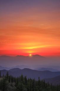 思い出の丘から望む浅間山と朝日の写真素材 [FYI02473689]