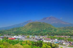 矢ヶ崎山中腹から望む浅間山と軽井沢市街の写真素材 [FYI02473755]