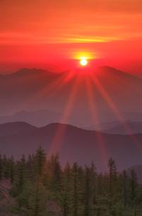 思い出の丘から望む浅間山と朝日の写真素材 [FYI02473894]