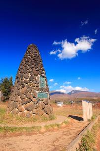 シュナイダー記念塔と四阿山と根子岳とわた雲の写真素材 [FYI02473964]