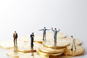 ビットコインの上のミニチュアのサラリーマンの写真素材 [FYI02474217]