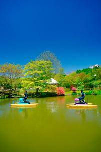 ツツジ咲く新緑の塩沢湖と樹間の浅間山とサイクルボートの写真素材 [FYI02474319]