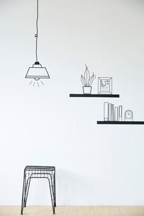 マスキングで作ったペンダントライトと棚の小物とワイヤースツールのイラスト素材 [FYI02474322]