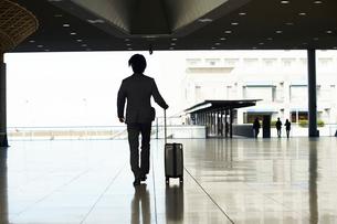 空港にむかうサラリーマンのシルエットの写真素材 [FYI02474339]