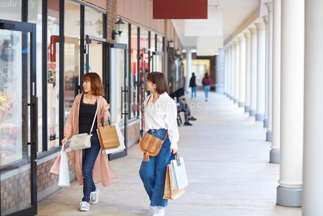 買い物をして歩く二人の女性の写真素材 [FYI02474393]
