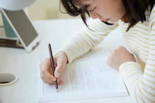 タブレットPCを使って勉強する女子学生の写真素材 [FYI02474398]
