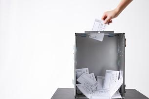 投票用紙が入っている投票箱の中の写真素材 [FYI02474413]