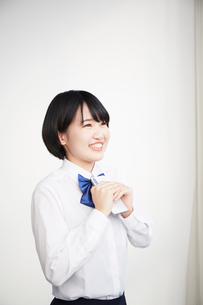 スマートフォンを持つ笑顔な女子高生の写真素材 [FYI02474462]