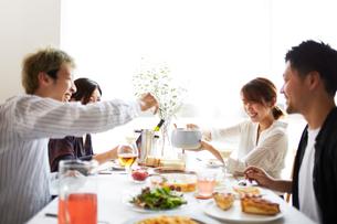 ホームパーティーをする男女グループの写真素材 [FYI02474521]