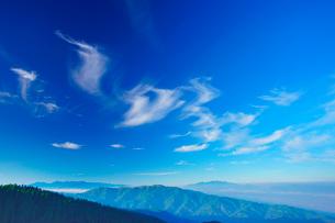 中央アルプスと南アルプスの山並みとすじ雲の写真素材 [FYI02474526]