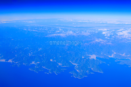 三木崎などの海岸と尾鷲市と大台ケ原の山並みの写真素材 [FYI02474611]
