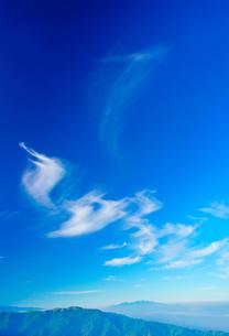 木曽駒ヶ岳など中央アルプスの山並みとすじ雲の写真素材 [FYI02474694]