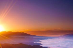高ボッチ高原から望む富士山と雲海と八ケ岳と朝日の光芒の写真素材 [FYI02474836]