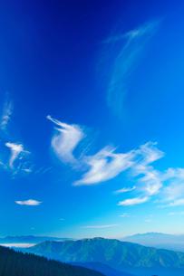 中央アルプスと南アルプスの山並みとすじ雲の写真素材 [FYI02475132]