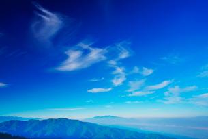 木曽駒ヶ岳など中央アルプスの山並みとすじ雲の写真素材 [FYI02475160]
