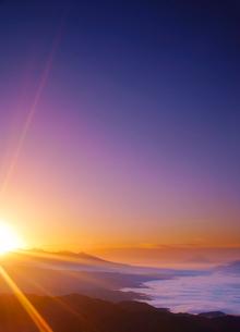 高ボッチ高原から望む富士山と雲海と八ケ岳と朝日の光芒の写真素材 [FYI02475698]