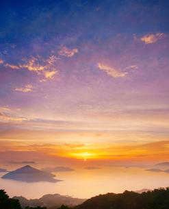 紫雲出山第一駐車場展望台から望む粟島などの島々と朝日の写真素材 [FYI02475817]