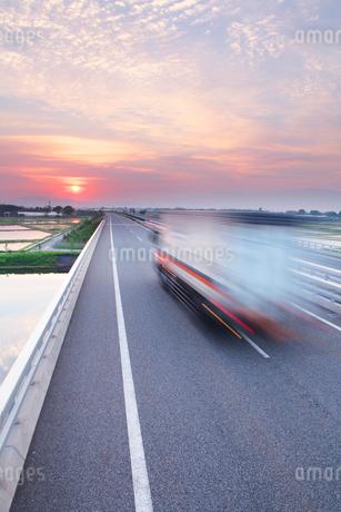 日本海東北道とトラックと朝日の写真素材 [FYI02476108]