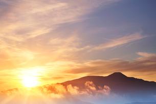 朝日と蓼科山と雲海の写真素材 [FYI02476652]