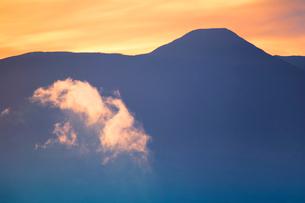 蓼科山と朝の雲の写真素材 [FYI02476819]
