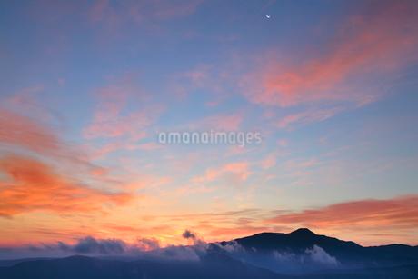 蓼科山と朝焼けと月の写真素材 [FYI02476918]