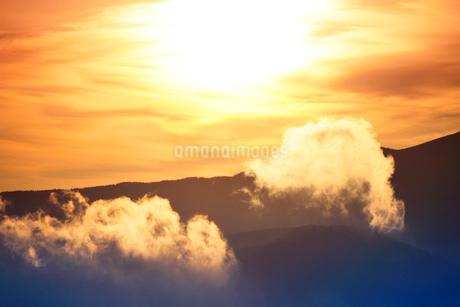 朝日と蓼科山の稜線と雲の写真素材 [FYI02477194]