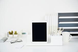 白いテーブルの上に置かれたタブレット端末の写真素材 [FYI02477334]