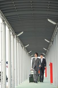 空港にむかうサラリーマンの写真素材 [FYI02477339]