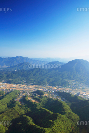 独鈷山と青木村の写真素材 [FYI02478030]