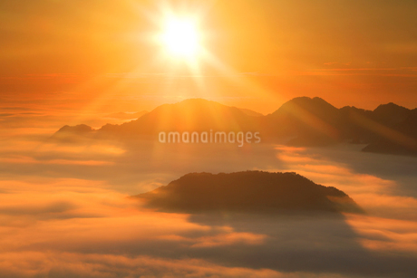 雲海と朝日 女神岳方向の写真素材 [FYI02478574]