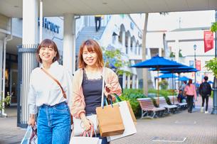 買い物をして歩く二人の女性の写真素材 [FYI02478827]