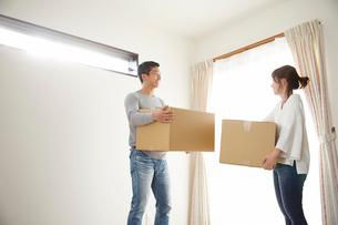 新居に引っ越した夫婦の写真素材 [FYI02480742]