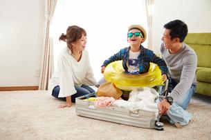 海に行く準備をする家族の写真素材 [FYI02481486]