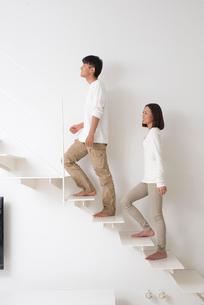 階段を登る夫婦の写真素材 [FYI02481884]