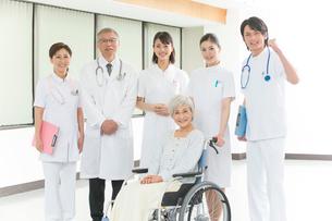 車椅子のシニア女性患者と医者と看護師集合の写真素材 [FYI02482970]