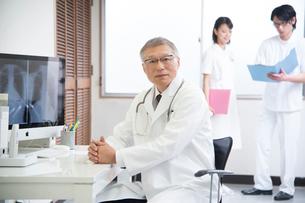 診察室の医者と看護師男女の写真素材 [FYI02483645]